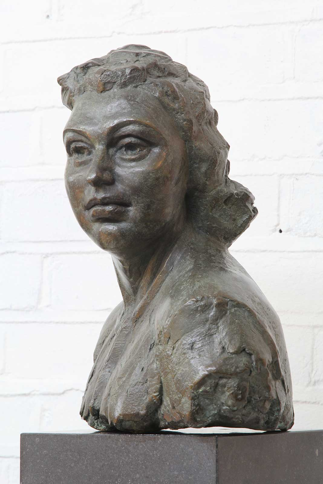 Sculpture of Nancy Wake by Karen Newman